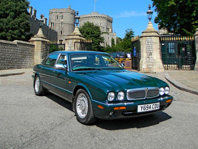 Queen's-old-Daimler-Super-V8-LWB-limousine