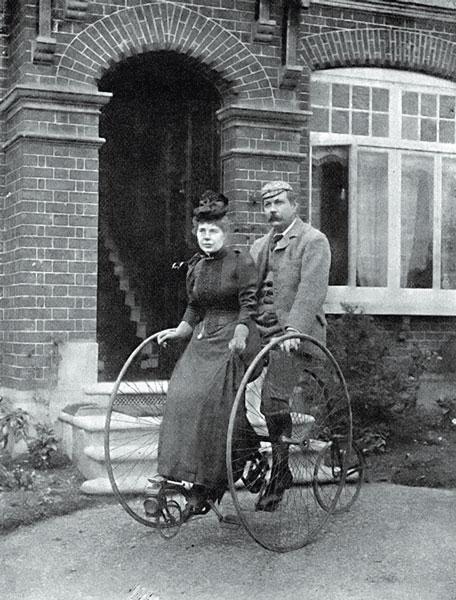 Писатель с супругой на трехколесном велосипеде