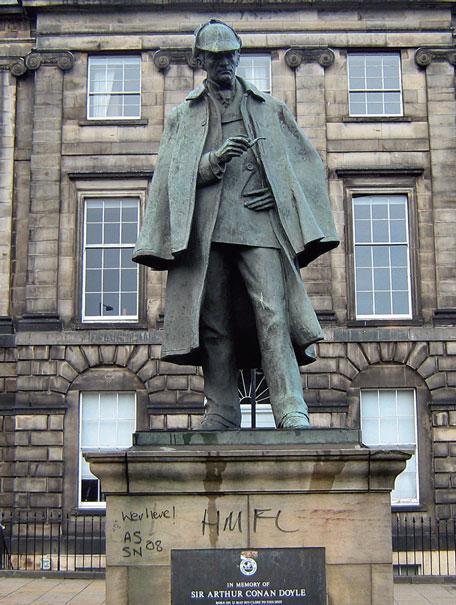 Статуя Шерлока Холмса в Эдинбурге, на Picardy Place – напротив дома, где в 1859 г. родился писатель