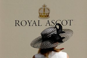 A racegoer arrives on the second day of racing at the Royal Ascot, southwest of London, June 20, 2012. REUTERS/Stefan Wermuth (BRITAIN - Tags: SPORT HORSE RACING SOCIETY)