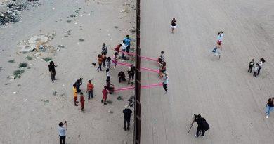 Розовые качели на границе США и Мексики назвали «Дизайном года»