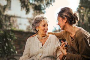 обнять бабушку