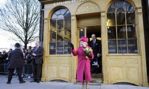 Королева Елизавета II и принц Филипп посетили Whitechapel Bell Foundry в 2009.  Завод основан в 1570 году.