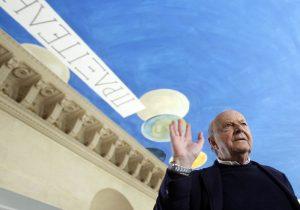 Сай Твомбли на фоне своей росписи The Ceiling в Лувре.