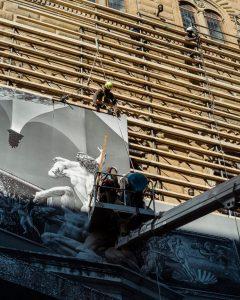 Монтаж «Раны» JR на фасаде палаццо Строцци. 2021.