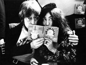 Джон Леннон и Йоко Оно: рекламная кампания в поддержку второго издания книги «Грейпфрут», 1971 год.  Фото: Gijsbert Hanekroot/Getty Images