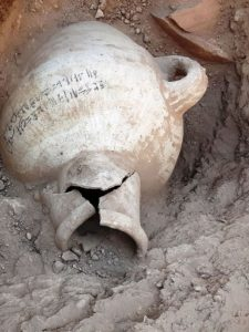 Датировать открытие помогли иероглифические надписи на глиняных сосудах, предназначенных для хранения вина.