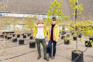 Художники Акройд и Харви с 100 высаженных ими дубов около Тейт Модерн Tate Photography (Seraphina Neville)