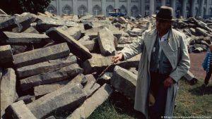 Бойс и его базальтовые блоки. Кассель, 1982 год