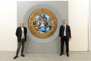 Основатель Cinello Франко Лоси (слева) and директор Уффици Эйке Шмидт на фоне «Дони Тондо» Микеланджело
