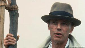 Йозеф Бойс с саженцем. Кассель, 1982 год
