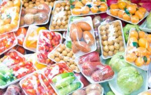 фрукты в пластиковой упаковке