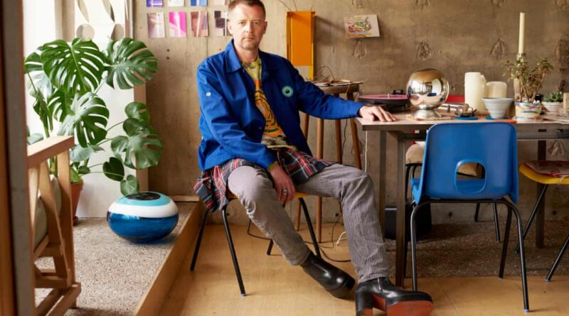 Автор книги «Что носят художники» Чарли Портер у себя дома. Photograph: Toby Coulson/The Observer