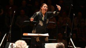 Приглашенный дирижер Симфонического оркестра BBC Даля Стасевская.  Сredit BBC