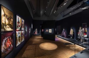 4_Экспозиция_Alice Curiouser and Curiouser, May 2021, Installation Image (c) Victoria and Albert Museum, London (19)