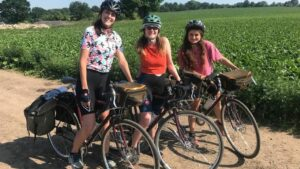 Natalie Simone, Jenny Smith и Kathryn Perkins из театральной труппы The HandleBards во время тура по Великобритании