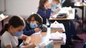 ученики в масках