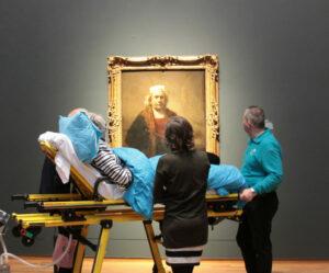 Пациент на выставке Рембрандта в Ре́йксмюсеум, Амстердам  Photo courtesy of the Ambulance Wish Foundation