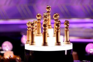 Голливудская ассоциация иностранной прессы (HFPA) заявила о том, что намерена провести 79-ю церемонию вручения премии «Золотой глобус» после череды скандалов. Организаторы пообещали внести в свой состав расовое разнообразие и ввести новые этические правила, сообщает People.  Сообщается, что премия будет проводиться с учетом результатов 2021 года. «HFPA примет во внимание результаты 2021 года», – говорится в заявлении ассоциации.    За лето организация провела ряд реформ, создав группу из 21 нового члена (29% из которых – чернокожие журналисты), назначив трех внешних членов в совет директоров для надзора за многообразием и этикой, а также наняв экспертов по правовым вопросам.  Организаторы премии также рассказали, что уже направили письма киностудиям с требованиями к номинантам 79-й церемонии. Другие подробности проведения мероприятия и его формата пока не известны. Есть вероятность того, что вручение премии не будут транслироваться по телевидению, так как канал NBC, который традиционно показывал «Золотой глобус» в прямом эфире, бойкотирует это мероприятие.  Скандал произошел из-за расследования издания Los Angeles Times, в котором журналисты обвинили HFPA в коррупции и расовой дискриминации. В жюри «Золотого глобуса» из 87 человек не было представлено ни одного афроамериканца. Также стало известно, что члены организации принимали различного рода «подарки» от телеканалов и стриминговых сервисов.  После этого многие знаменитые киноактеры отказались от премии, к бойкоту также присоединились Netflix, Amazon и WarnerMedia. Среди звезд, которые вернули свои статуэтки, был Том Круз.  «Тот эпический момент, когда Том Круз отослал свои «Золотые глобусы» за «Джерри Магуайера», «Магнолию» и «Рожденного четвертого июля» в почтовой коробке на стойку регистрации HFPA, чтобы выступить против сексистской, гомофобной и расистской практики исключения, домогательств и предвзятости», – прокомментировала это событие в своем твиттере режиссер Ава Дюверней.   Трехкратная номинантка премии